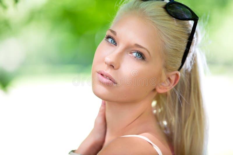 Όμορφο έφηβη υπαίθριο το καλοκαίρι στοκ φωτογραφίες