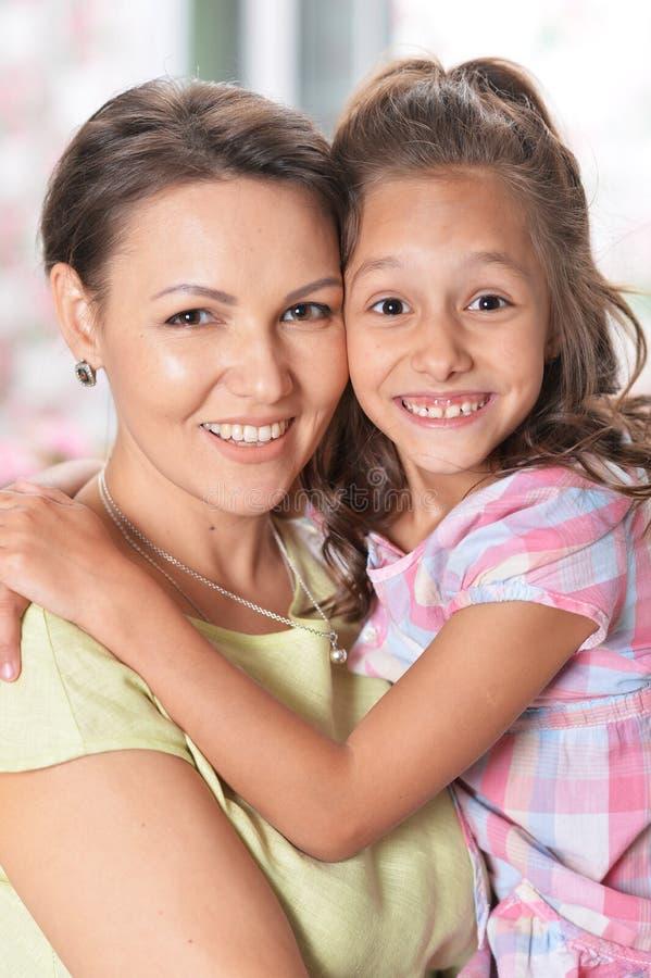 Όμορφο αγκάλιασμα γυναικών και κοριτσιών στοκ φωτογραφίες