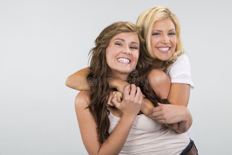 2 όμορφο αγκάλιασμα κοριτσιών στοκ φωτογραφίες