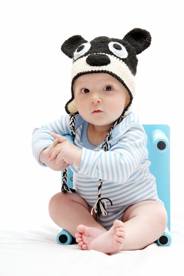 Όμορφο αγοράκι με το πλεκτό καπέλο στοκ φωτογραφίες με δικαίωμα ελεύθερης χρήσης