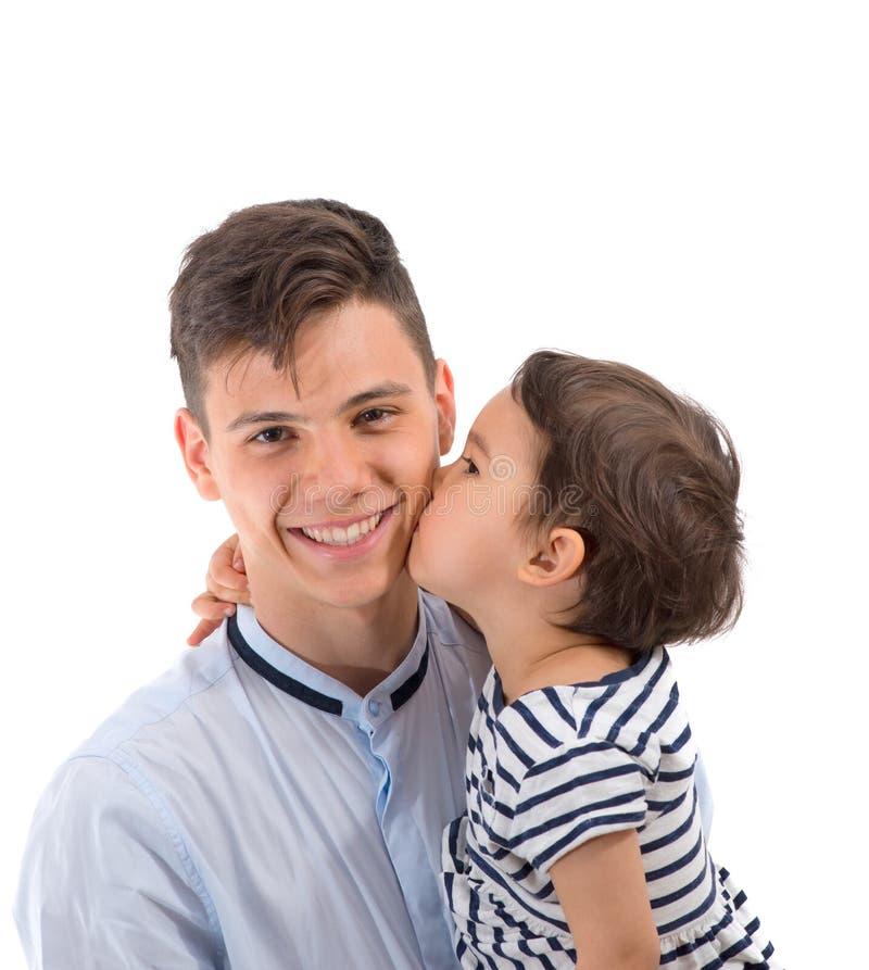 Όμορφο αγόρι εφήβων παιδιών τη νέα αδελφή του που απομονώνεται με στοκ φωτογραφίες