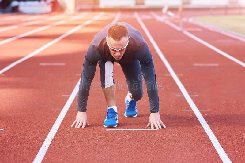 Όμορφο αθλητικό άτομο στην έναρξη treadmill σταδίων στοκ εικόνες με δικαίωμα ελεύθερης χρήσης