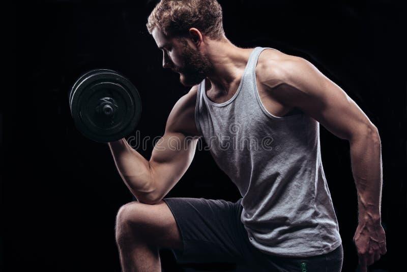 Όμορφο αθλητικό άτομο δύναμης με τον αλτήρα στοκ εικόνα