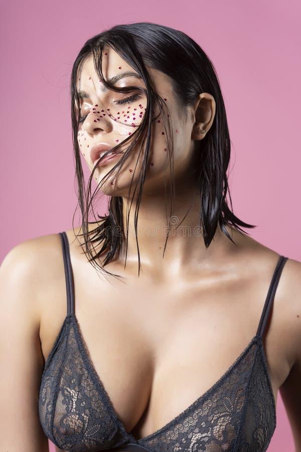 Όμορφο αισθησιακό πρότυπο κοριτσιών brunette που φορά ένα διαφανές blac στοκ φωτογραφία