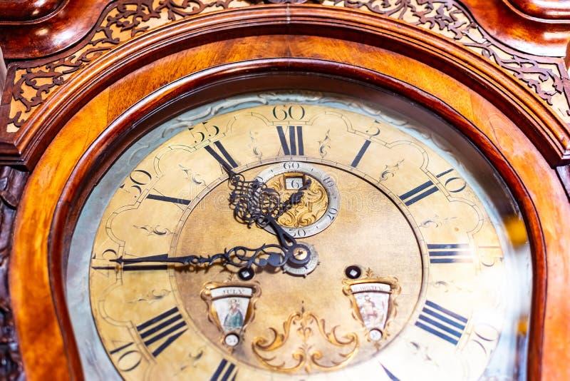 Όμορφο αναδρομικό και παλαιό αρχαίο ρολόι τοίχων στοκ φωτογραφίες με δικαίωμα ελεύθερης χρήσης