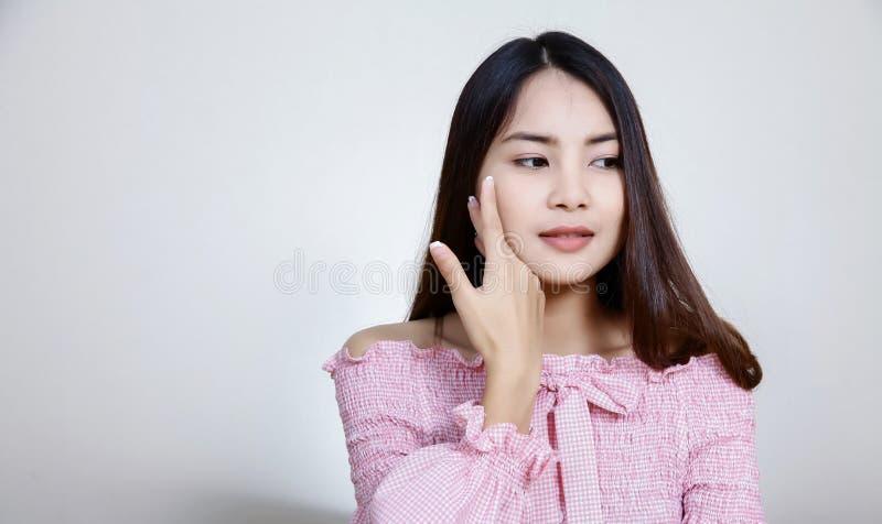 Όμορφο ασιατικό κορίτσι με το υγιές δέρμα Έννοια Skincare Όμορφη χαμογελώντας νέα ασιατική γυναίκα με την καθαρή, φρέσκια, πυράκτ στοκ εικόνες