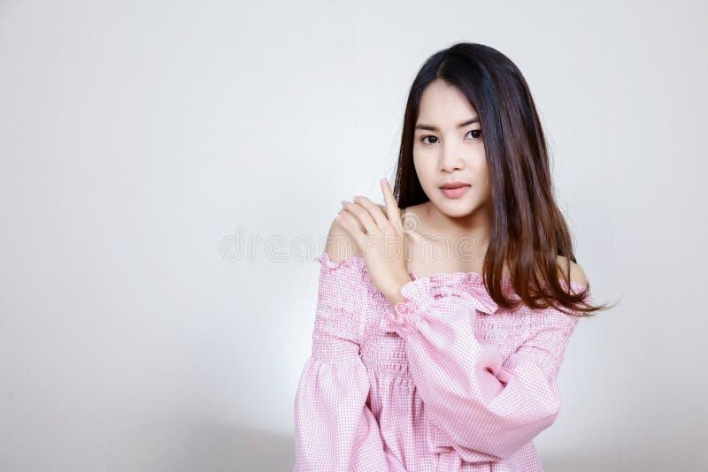 Όμορφο ασιατικό κορίτσι με το υγιές δέρμα Έννοια Skincare Όμορφη χαμογελώντας νέα ασιατική γυναίκα με την καθαρή, φρέσκια, πυράκτ στοκ φωτογραφία με δικαίωμα ελεύθερης χρήσης