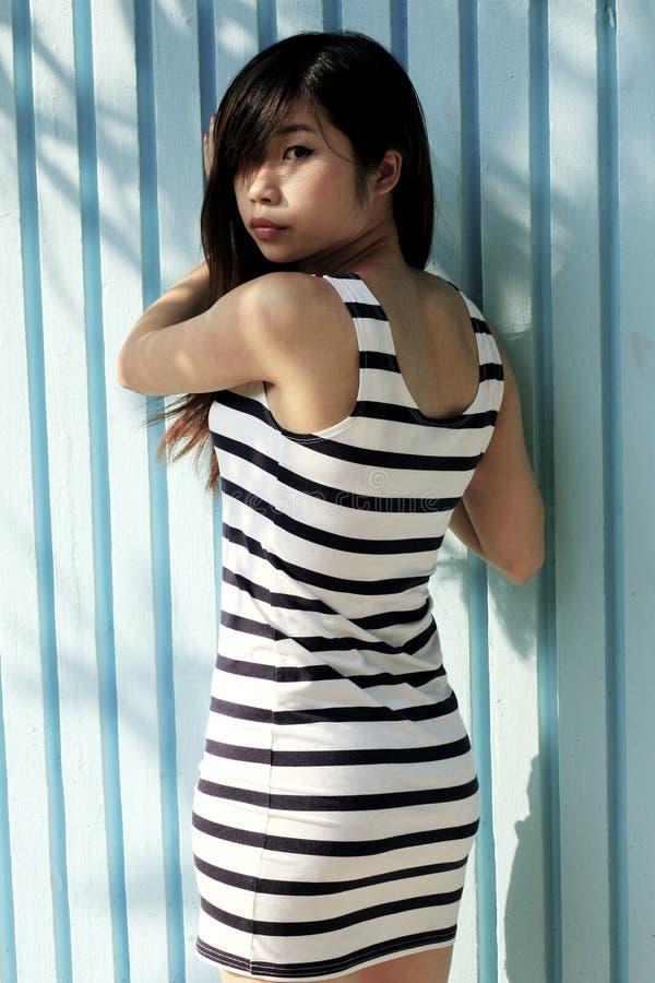 Όμορφο ασιατικό κορίτσι που γυρίζει για να εξετάσει το θεατή στοκ φωτογραφίες