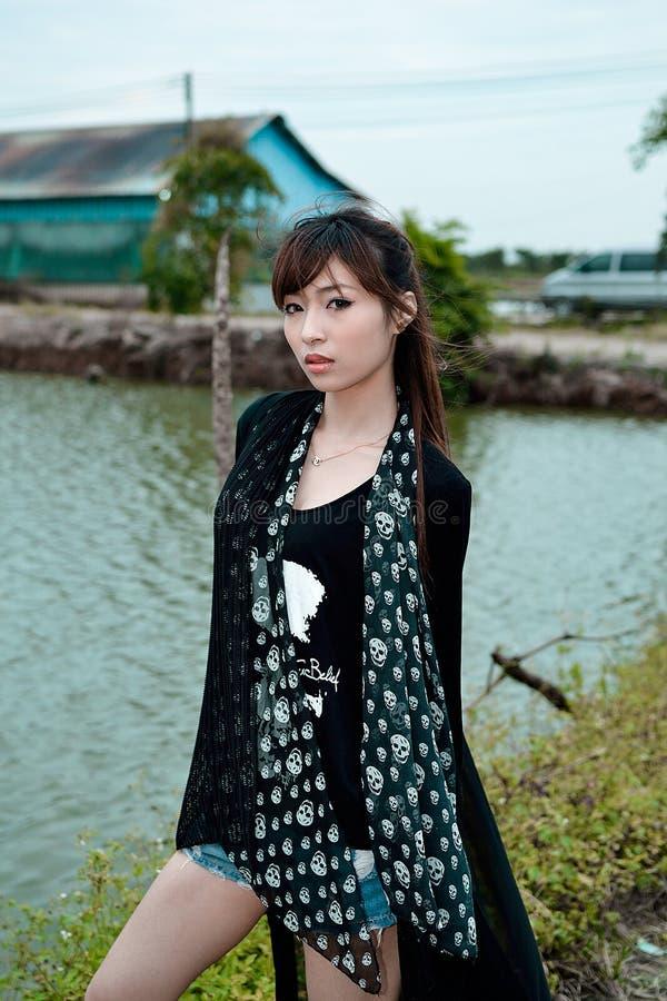 Όμορφο ασιατικό κορίτσι στη χώρα το βράδυ στοκ εικόνες