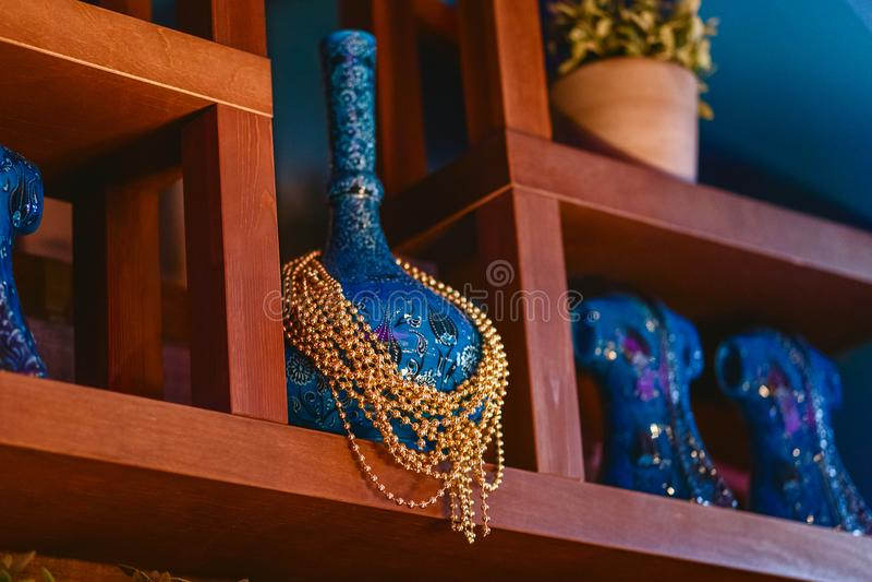 Όμορφο ασιατικό μπλε βάζο που διακοσμείται με τις χρυσές χάντρες στοκ φωτογραφίες