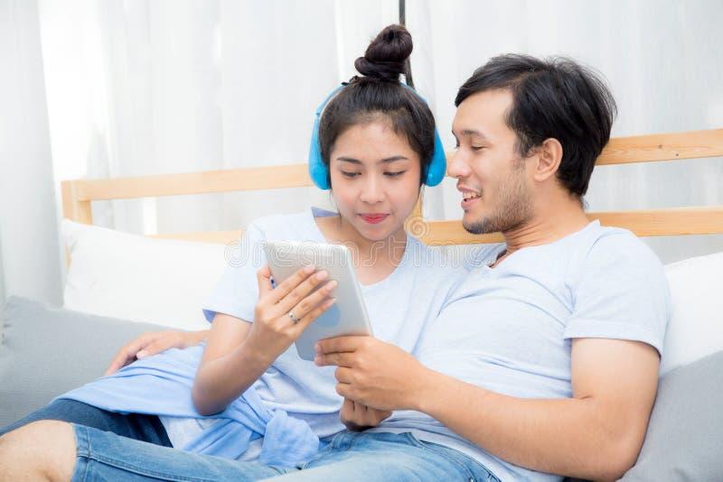 Όμορφο ασιατικό νέο ζεύγος που ακούει τη μουσική με την ταμπλέτα στοκ εικόνες με δικαίωμα ελεύθερης χρήσης
