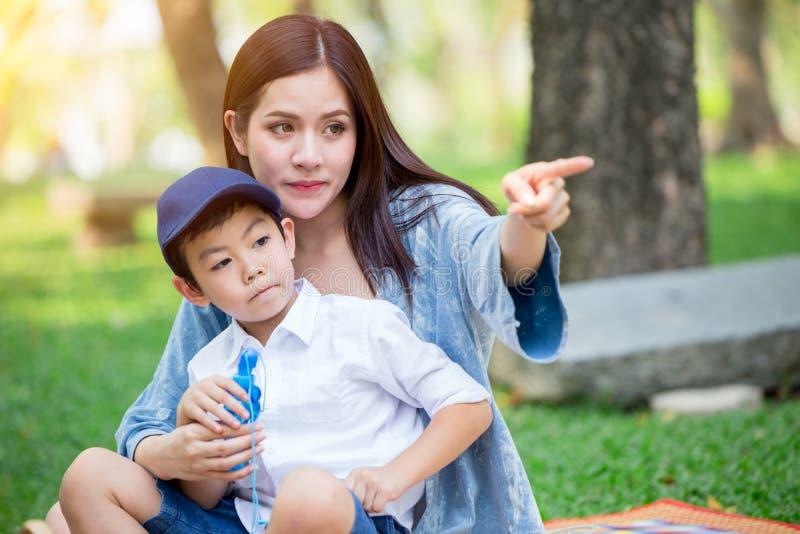 Όμορφο ασιατικό παιχνίδι μητέρων με τον καλό γιο της στοκ φωτογραφίες