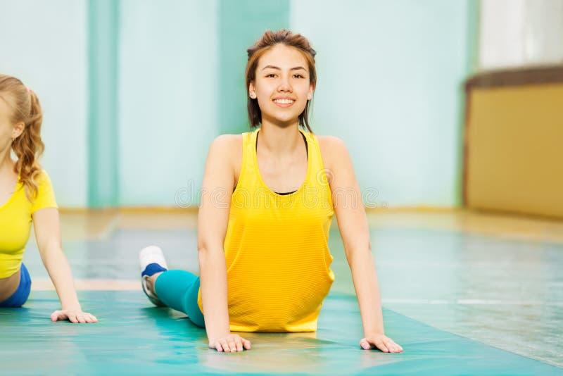 Όμορφο ασιατικό τέντωμα κοριτσιών στην αθλητική αίθουσα στοκ εικόνα