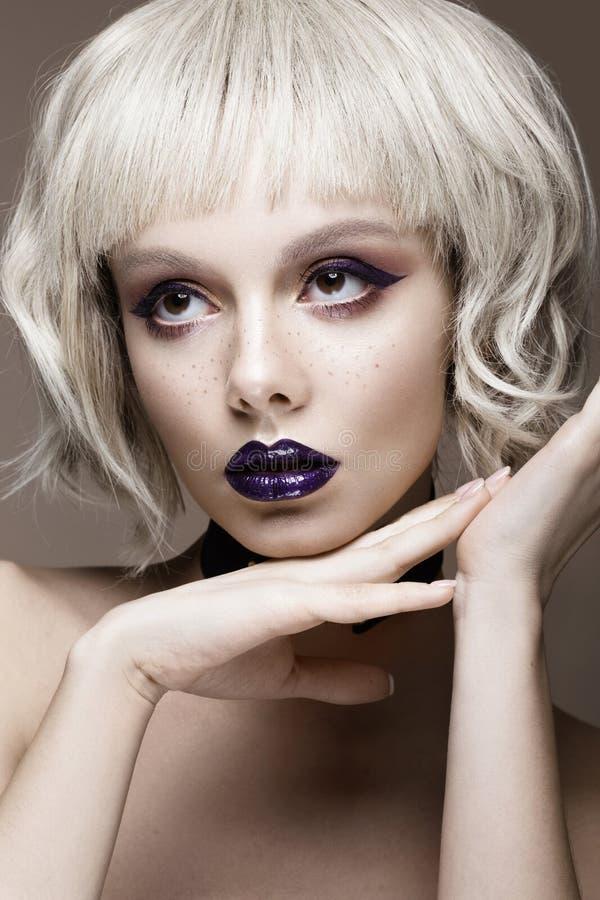 Όμορφο αστείο κορίτσι σε μια άσπρη περούκα, με τη δημιουργική σύνθεση τέχνης και τις φακίδες Πρόσωπο ομορφιάς στοκ εικόνα με δικαίωμα ελεύθερης χρήσης