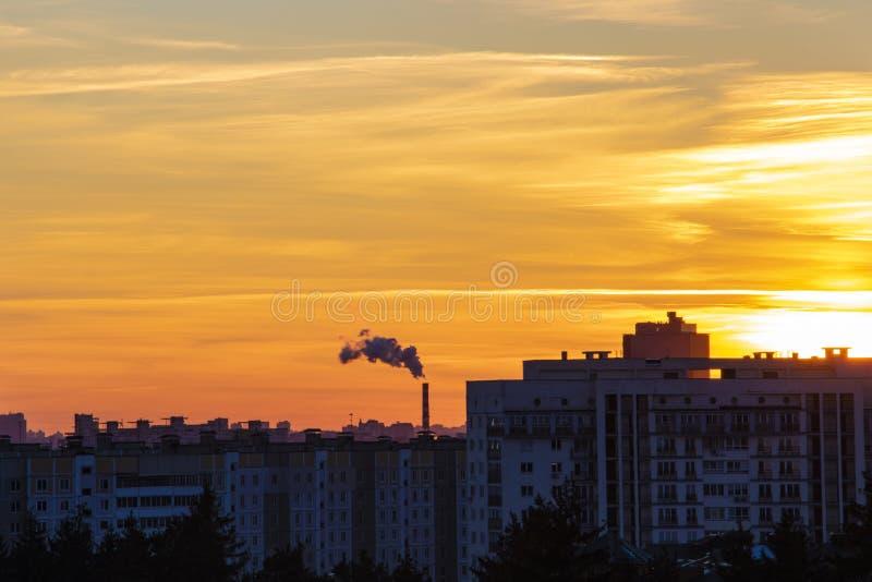 Όμορφο αστικό ηλιοβασίλεμα την άνοιξη ή καλοκαίρι Υπόβαθρο στοκ φωτογραφίες