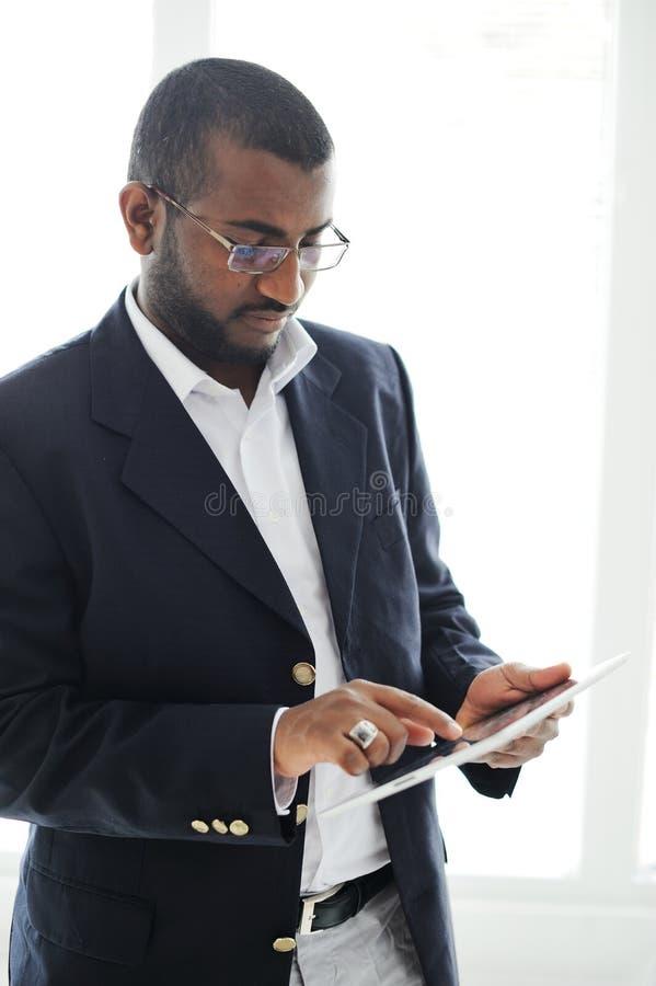 Όμορφο αφρικανικό άτομο με τον υπολογιστή ταμπλετών στοκ εικόνες
