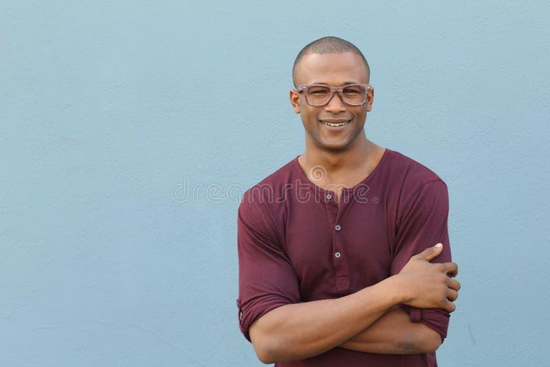Όμορφο αφρικανικό άτομο που φορά τα γυαλιά με το διάστημα αντιγράφων στοκ εικόνες