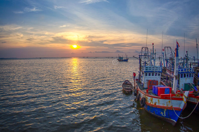 Όμορφο αλιευτικό σκάφος στο ηλιοβασίλεμα στοκ εικόνες