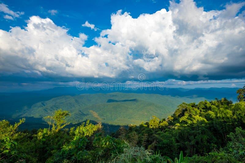 Όμορφο βουνό και συμπαθητικός ουρανός στην επαρχία γιαγιάδων στοκ εικόνες