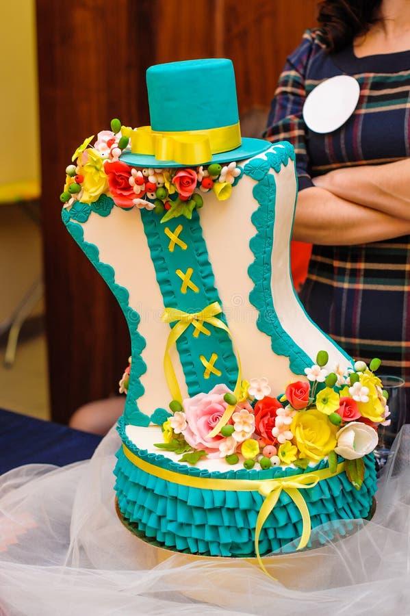 Όμορφο γαμήλιο κέικ στα τυρκουάζ χρώματα με τα λουλούδια και το καπέλο στοκ εικόνα με δικαίωμα ελεύθερης χρήσης