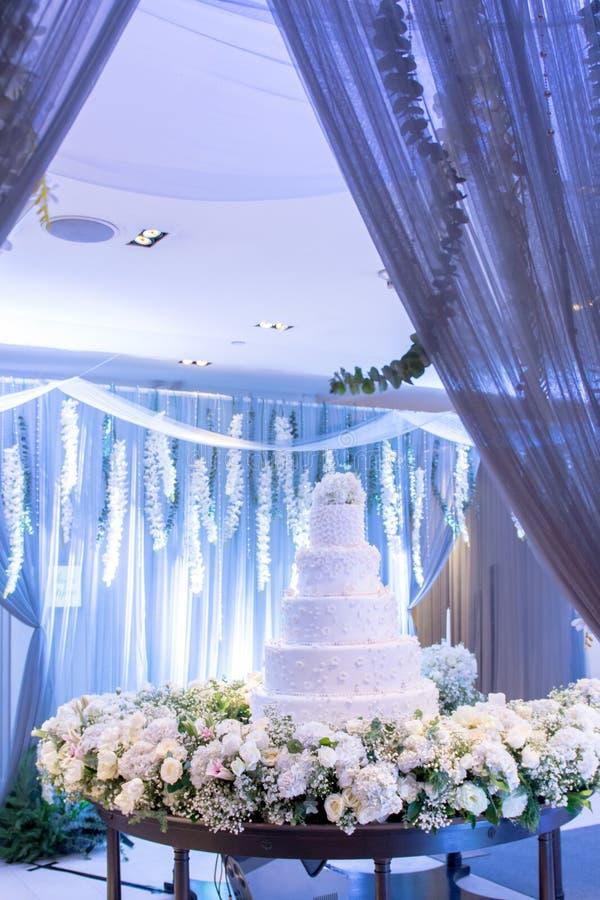 Όμορφο γαμήλιο κέικ στη δεξίωση γάμου στοκ φωτογραφίες