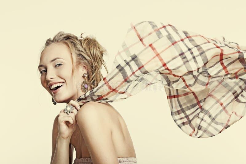 Όμορφο γελώντας κορίτσι στο κόσμημα και ένα μαντίλι στοκ εικόνες