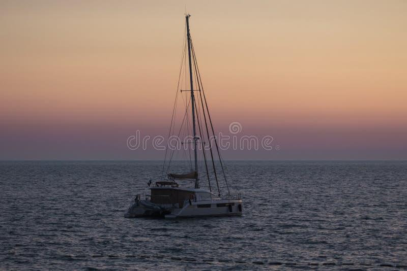 Όμορφο γιοτ σε ένα υπόβαθρο του ηλιοβασιλέματος θάλασσας, έννοια των ακριβών διακοπών πολυτέλειας στοκ εικόνες