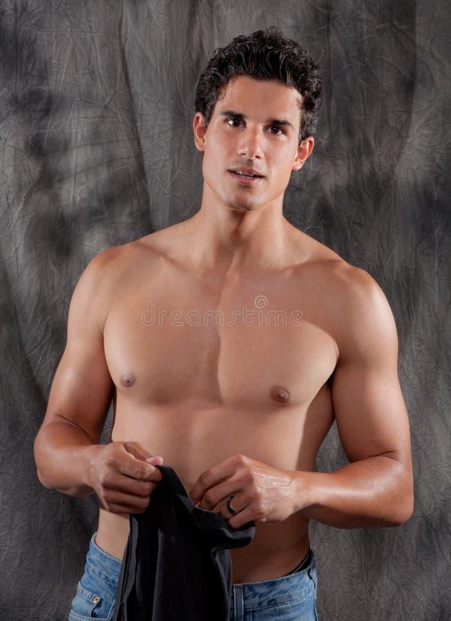 Όμορφο γυμνό Chested άτομο με το πουκάμισο στοκ φωτογραφία