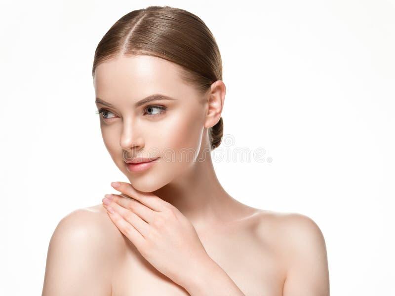 Όμορφο γυναικών θηλυκό δέρματος φροντίδας υγιές πορτρέτο ομορφιάς προσώπου τρίχας και δερμάτων στενό επάνω στοκ εικόνα με δικαίωμα ελεύθερης χρήσης