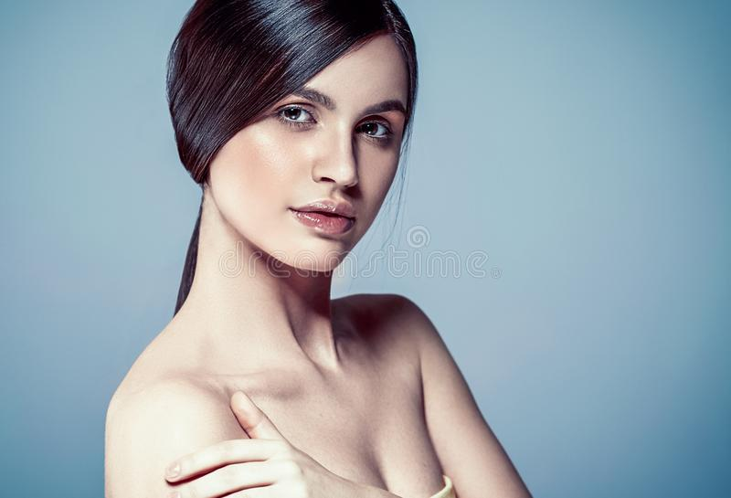 Όμορφο γυναικών προσώπου στενό επάνω στούντιο ο τρίχας πορτρέτου νέο σγουρό στοκ φωτογραφία με δικαίωμα ελεύθερης χρήσης