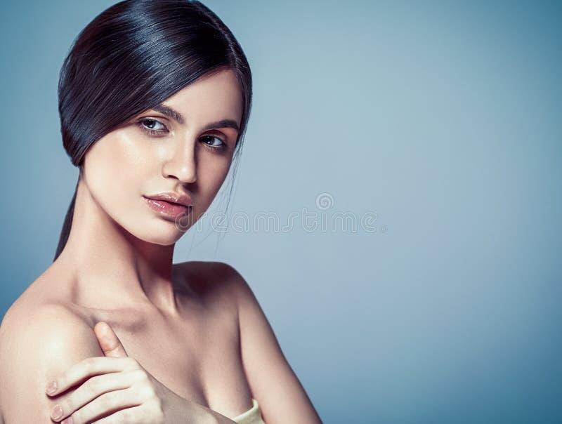 Όμορφο γυναικών προσώπου στενό επάνω στούντιο ο τρίχας πορτρέτου νέο σγουρό στοκ φωτογραφίες με δικαίωμα ελεύθερης χρήσης