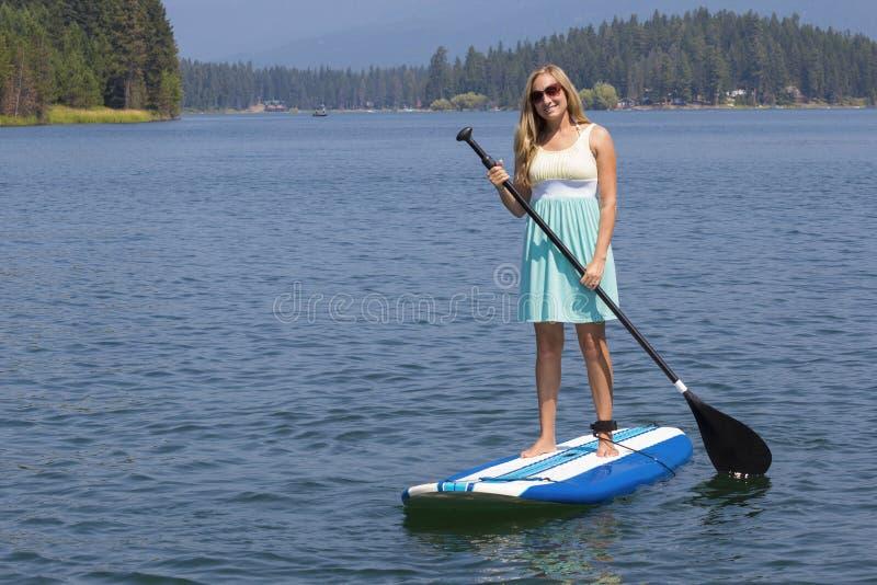 Όμορφο γυναικών στη φυσική λίμνη στοκ φωτογραφία με δικαίωμα ελεύθερης χρήσης