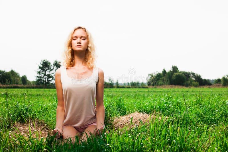Όμορφο γυναικών στο θερινό πάρκο στοκ εικόνα με δικαίωμα ελεύθερης χρήσης