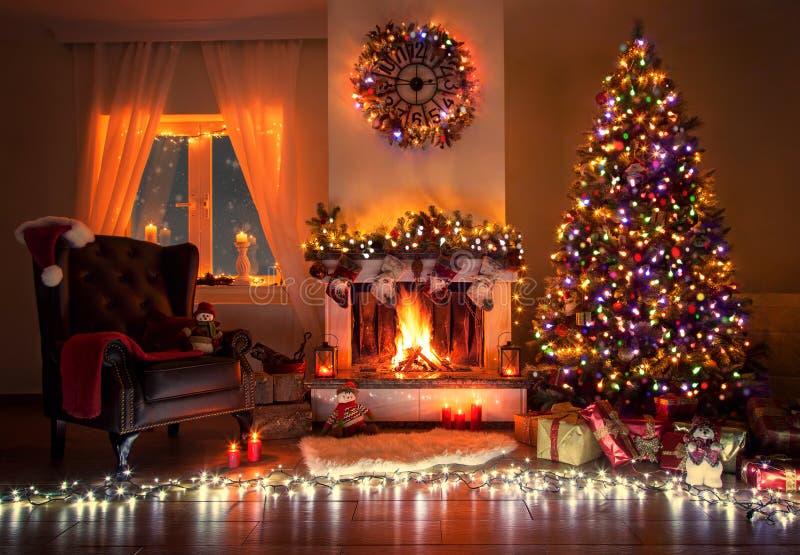 Όμορφο διακοσμημένο καθιστικό με ένα χριστουγεννιάτικο δέντρο και μια θέση πυρκαγιάς στοκ φωτογραφίες με δικαίωμα ελεύθερης χρήσης