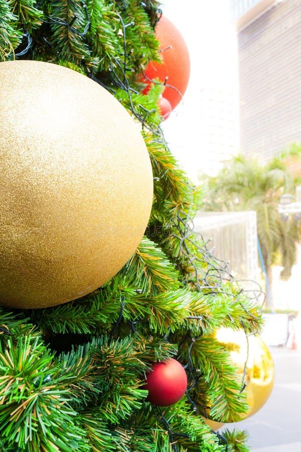 Όμορφο διακοσμημένο χριστουγεννιάτικο δέντρο με το χρυσό και κόκκινο μπιχλιμπίδι στοκ φωτογραφίες με δικαίωμα ελεύθερης χρήσης