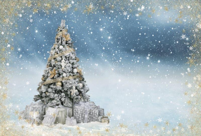 Όμορφο διακοσμημένο χριστουγεννιάτικο δέντρο σε ένα χιονώδες μπλε winterlandscape στοκ εικόνες