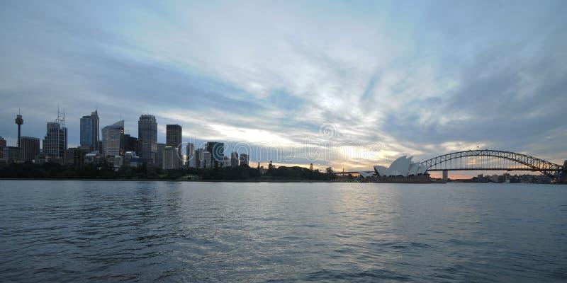 Όμορφο ειρηνικό τοπίο λυκόφατος ηλιοβασιλέματος του Σίδνεϊ στο λιμάνι του Σίδνεϊ στοκ εικόνα με δικαίωμα ελεύθερης χρήσης