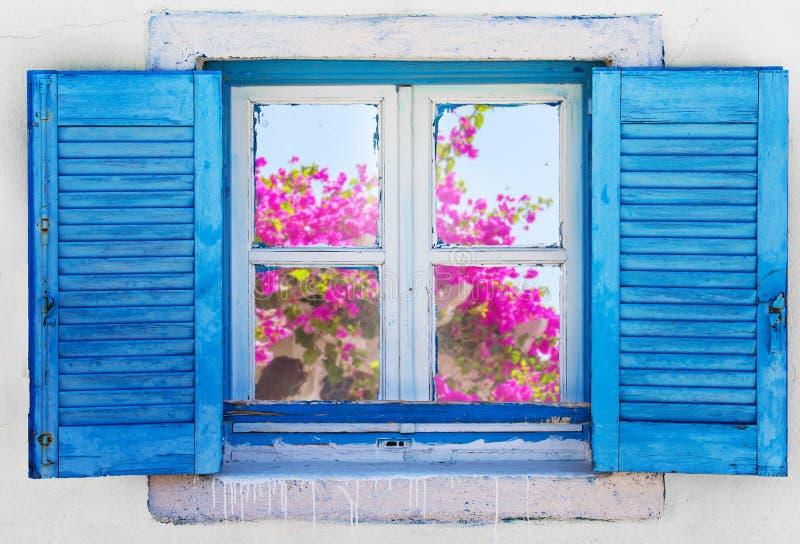 Όμορφο εκλεκτής ποιότητας ελληνικό παράθυρο με τα μπλε παραθυρόφυλλα Χαρακτηριστική ελληνική εικόνα στοκ φωτογραφίες