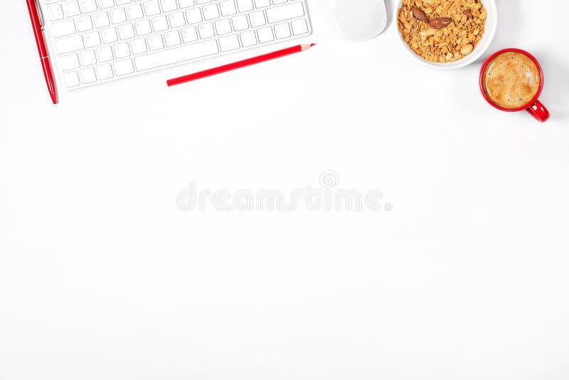 Όμορφο ελαφρύ πρότυπο Άσπρο σύγχρονο πληκτρολόγιο, ποντίκι, μολύβια, στυλός, πιάτο με το granola και μικρό κόκκινο φλιτζάνι του κ στοκ φωτογραφία με δικαίωμα ελεύθερης χρήσης