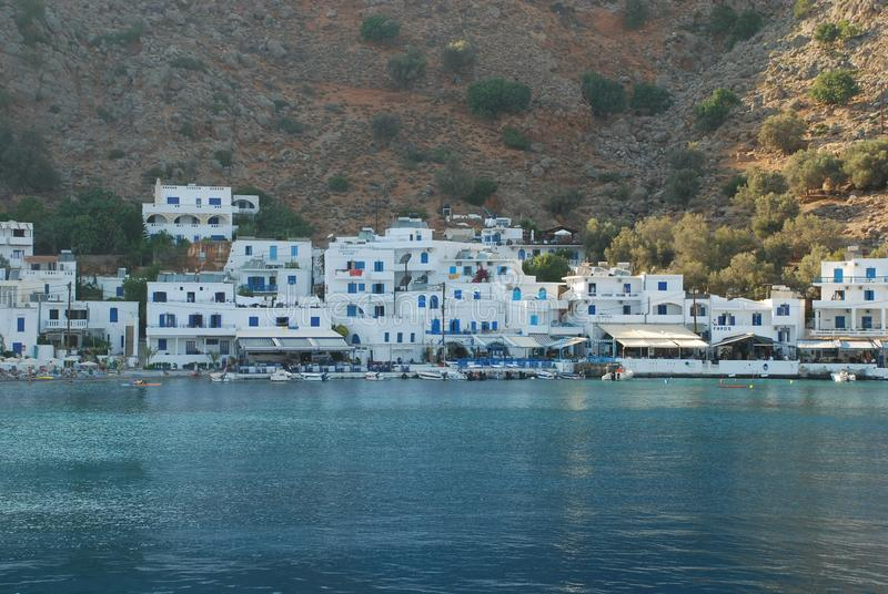 Όμορφο ελληνικό μπλε και Λευκοί Οίκοι στις ακτές της Κρήτης στη Μεσόγειο στοκ φωτογραφία