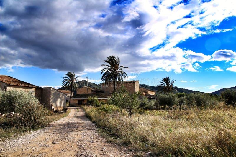 Όμορφο εξοχικό σπίτι σε Hondon de las nieves, επαρχία της Αλικάντε, Ισπανία, κάτω από το νεφελώδη ουρανό και από τη βλάστηση στοκ εικόνα με δικαίωμα ελεύθερης χρήσης