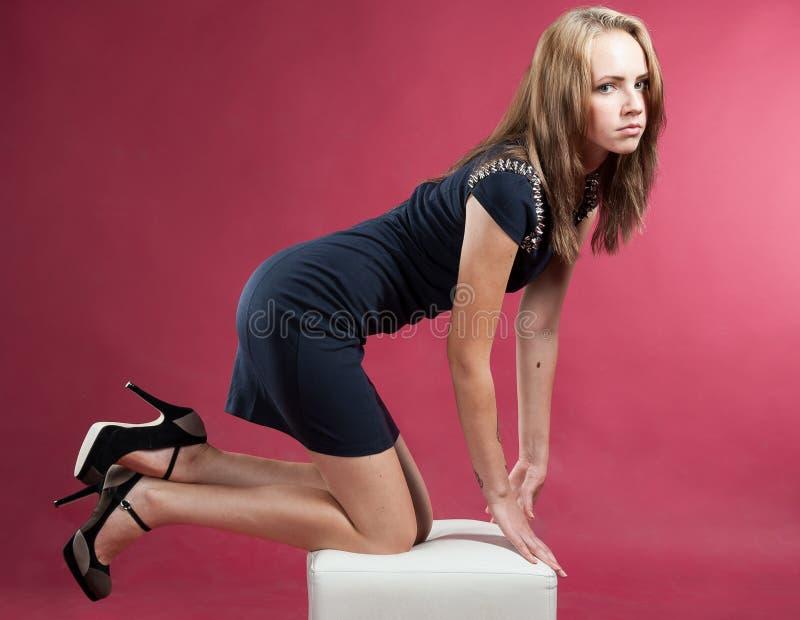 Όμορφο λεπτό χαριτωμένο κορίτσι στα γόνατά της στοκ φωτογραφία με δικαίωμα ελεύθερης χρήσης