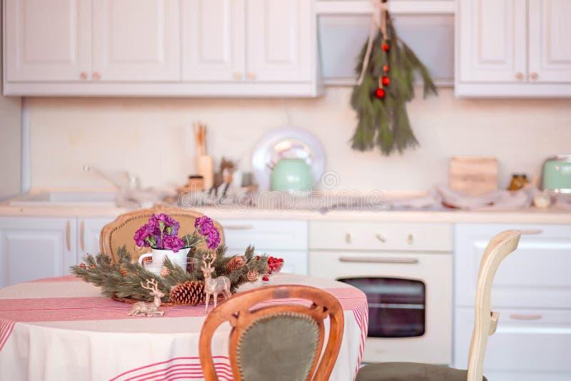 Όμορφο εσωτερικό εγχώριο μαγείρεμα στο νέο ύφος έτους στοκ εικόνες