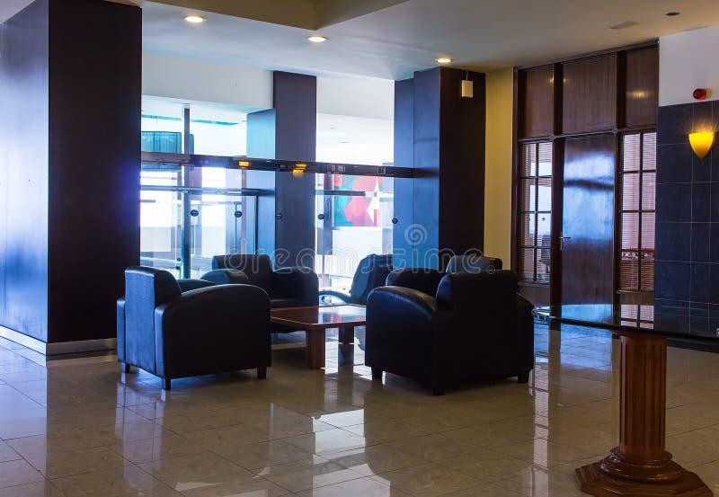 Όμορφο εσωτερικό ενός σύγχρονου ξενοδοχείου με τη χρήση του μετάλλου στοκ φωτογραφία