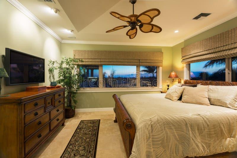 Όμορφο εσωτερικό κρεβατοκάμαρων στο νέο σπίτι πολυτέλειας, στοκ εικόνες