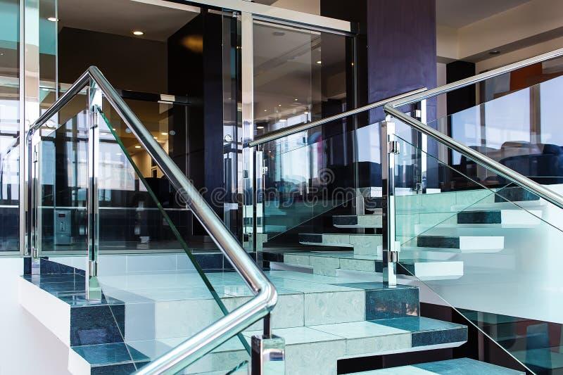 Όμορφο εσωτερικό σκαλοπατιών ενός σύγχρονου ξενοδοχείου με τη χρήση του μετάλλου στοκ εικόνα