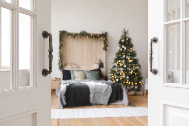 Όμορφο εσωτερικό της κρεβατοκάμαρας πριν από τα Χριστούγεννα στοκ εικόνες
