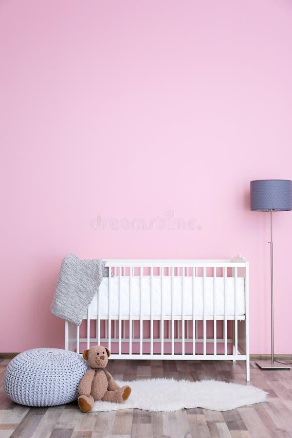 Όμορφο εσωτερικό του δωματίου μωρών με το παχνί στοκ φωτογραφίες