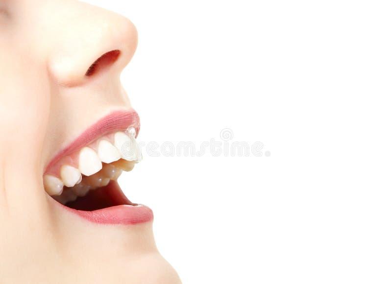 Όμορφο ευρύ χαμόγελο της νέας φρέσκιας γυναίκας με το μεγάλο υγιές whi στοκ φωτογραφία με δικαίωμα ελεύθερης χρήσης