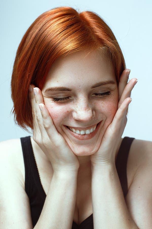 Όμορφο ευρύ χαμόγελο της νέας φρέσκιας γυναίκας στοκ εικόνες με δικαίωμα ελεύθερης χρήσης
